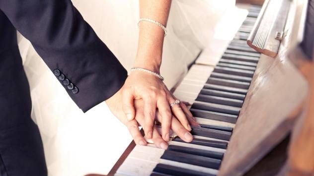 couple_hands_jewelry_wedding_piano_keys_54710_1920x1080